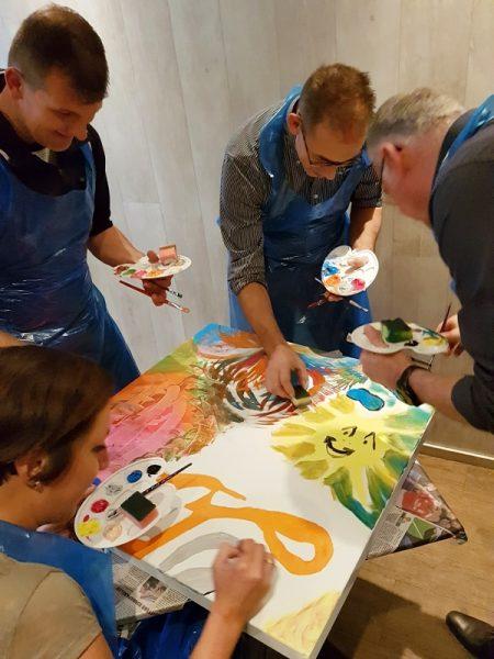 schilderworkshop Zwolle, schilderij maken, kunstwerk maken, familie uitje, bijzonder cadeau, origineel bedrijfsuitje, zelf schilderij maken, stadshagen, bedrijfslogo, creatieve teambuilding, bijzonder cadeau maken