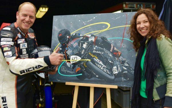 kunstenaar Zwolle, krant, media, artikel, goede doelen, kunstwerk, motorschilderij, sportschilderij, motorsport, circuit, collectie, gesigneerd schilderij, figuratieve kunst, figuratief schilderij, motorliefhebber, motorrace